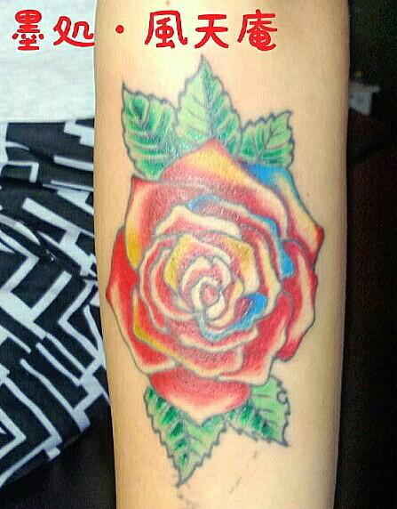 左腕の内側に薔薇♀